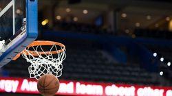 Ce basketteur inscrit un panier complètement fou, mais contre son