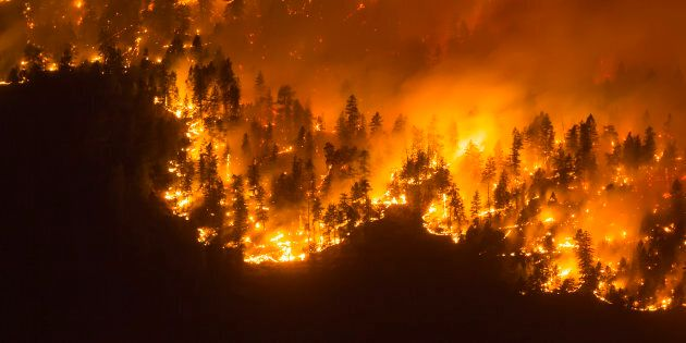 Un rideau de feu dans la Vallée d'Okanagan Valley, en