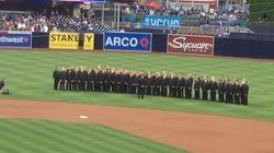 Une chorale gaie humiliée pendant qu'elle chante l'hymne américain