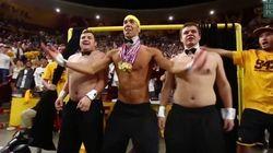 Michael Phelps, danseur nu de luxe lors d'un match de