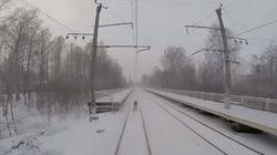 Il skie attaché à un train