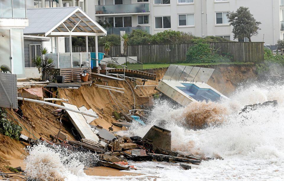 Ces surfeurs affrontent des vagues monstrueuses après une tempête en Australie