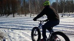 Les mordus de vélo à neige fébriles