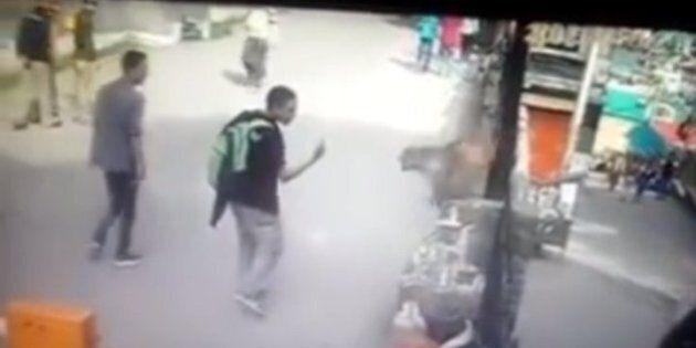 Un singe s'en prend à un homme après qu'il lui ait fait un doigt d'honneur