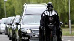 Darth Vader à la tête d'un cortège funéraire