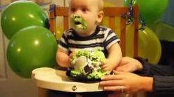 On devrait tous manger les gâteaux comme ce bébé