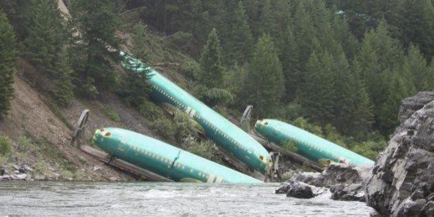 Un train déraille, jetant dans une rivière des carlingues d'avions aux États-Unis