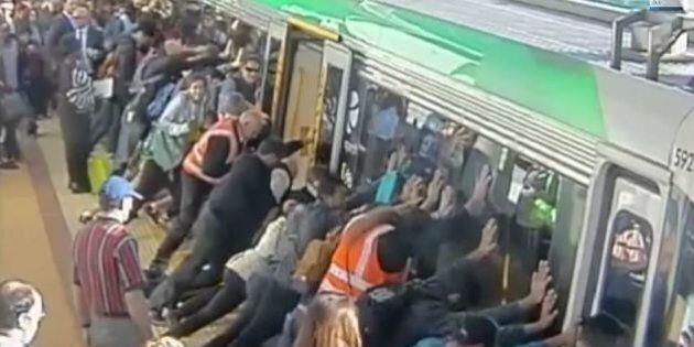 Métro en Australie: un homme a la jambe coincée entre la rame et le quai, les passagers poussent le wagon