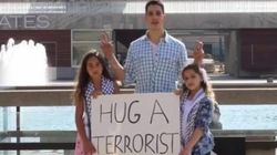 «Hug a terrorist»: La campagne de deux fillettes palestiniennes contre la stigmatisation
