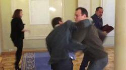 Parlement ukrainien: un vrai combat entre deux députés