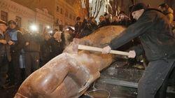 Des manifestants déboulonnent une statue de Lénine en Ukraine