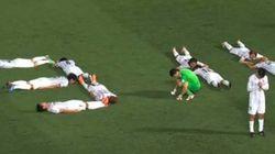 L'hommage de joueurs de soccer japonais aux victimes du