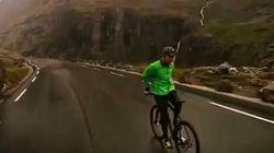 Il enfourche son vélo pour descendre une montagne à l'envers