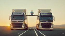 Van Damme fait le grand écart entre deux camions en marche
