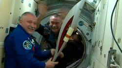 La sortie de la flamme olympique dans l'espace