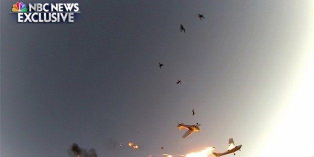 Des parachutistes survivent à la collision de deux avions et filment l'accident