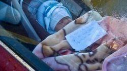 Elle laisse son bébé seul dans la voiture avec son numéro de téléphone «si besoin»