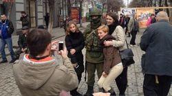 En Crimée, les soldats russes sont accueillis à bras ouverts