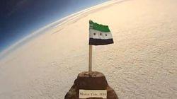 Le drapeau syrien dans l'espace pour soutenir la révolution