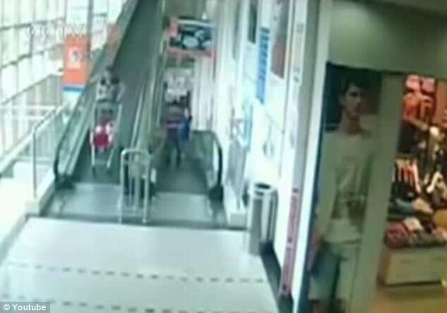 Tuée par un chariot de supermarché qui s'est précipité sur elle à toute vitesse, dans un escalier roulant...