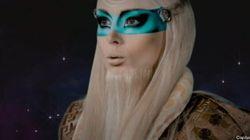 La barbie humaine est un gourou venu de l'espace pour sauver le monde de la superficialité