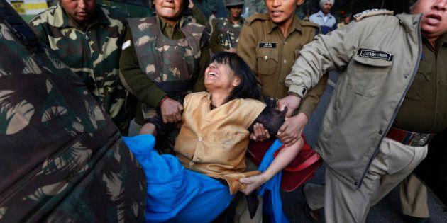 Viol d'une étudiante en Inde: mort d'un policier lors des manifestations, le centre-ville de New Delhi...