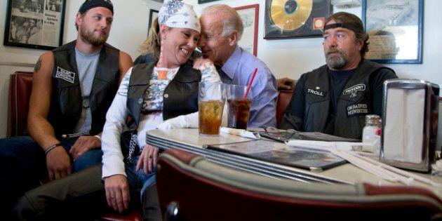 Le vice-président américain Joe Biden fait ami-ami avec une
