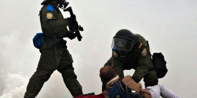 Grève étudiante: les manifestants et les policiers de la Sûreté du Québec s'affrontent à Victoriaville