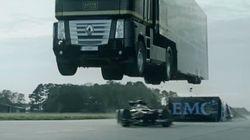 Un camion survole une Formule 1