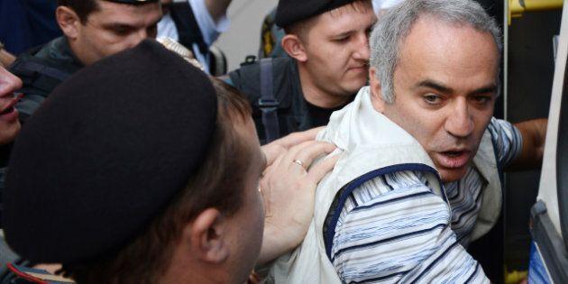 Le champion d'échecs Garry Kasparov, soutien des Pussy Riot, risque cinq ans de prison pour avoir mordu...
