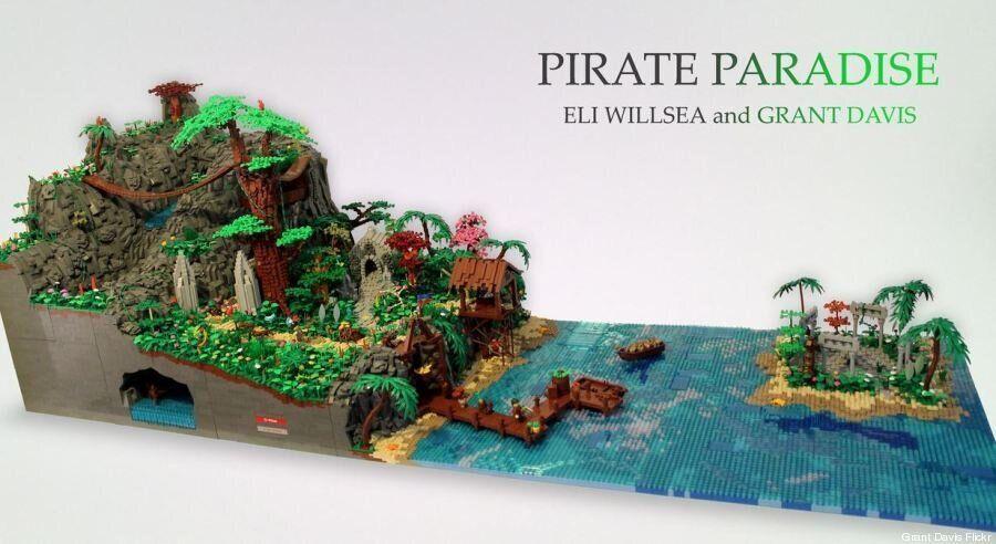 Une immense île de pirates en Lego avec sa cascade animée