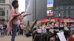 Un orchestre dirigé par des passants à New York