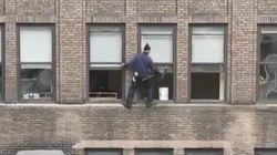 Que fait ce laveur de carreaux à 30 mètres du sol sans sécurité?