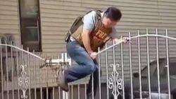 Un agent du FBI escalade un portail... déjà ouvert