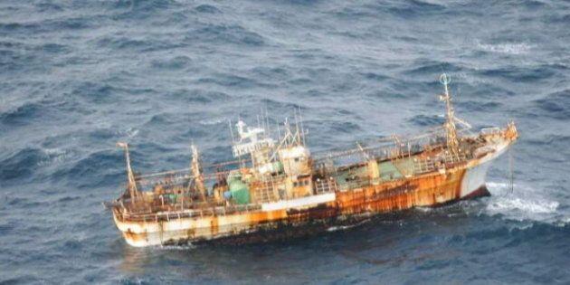 Un navire emporté par le tsunami aperçu au large de la