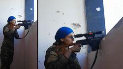 Pendant la bataille de Raqqa, la réaction de cette combattante anti-Daech qui vient de frôler la mort suscite