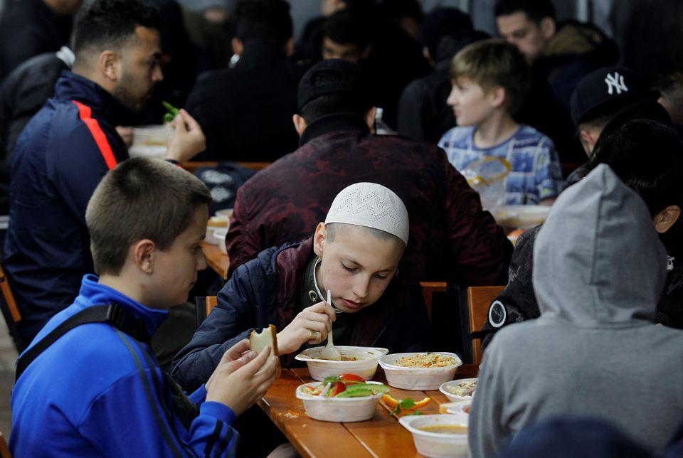 Ukraine - De jeunes musulmans rompent le jeûne lors d'un iftar collectif à la mosquée...