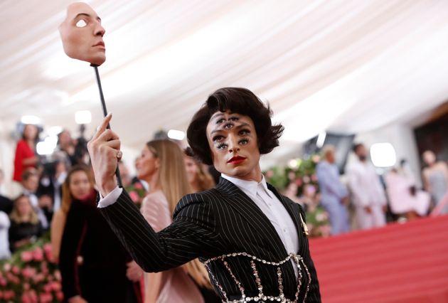O atorEzra Miller causou frisson ao aparecer com maquiagem que dava ilusão de que tinha...