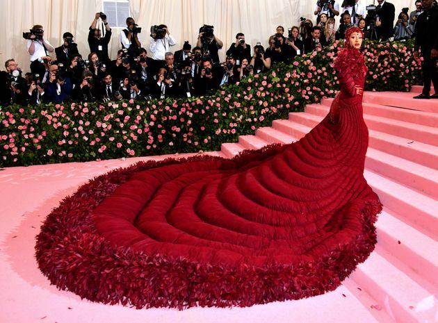 A rapper Cardi B apareceu no tapete vermelho com look repleto de rubis avaliado em R$ 1