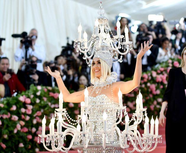 Katy Perry também chamou atenção no tapete com look 100%