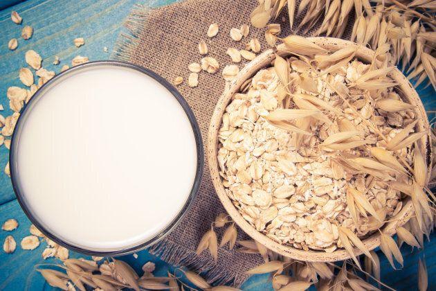 O leite de aveia é uma alternativa cada vez mais presente.