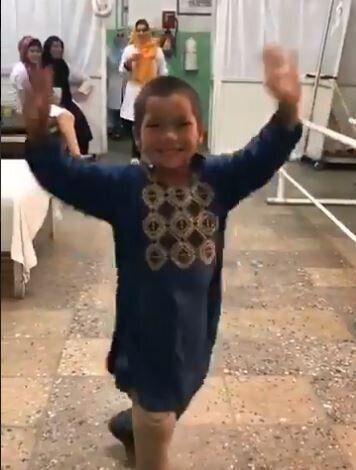 Παλικαρίσιος χορός από ένα «αγόρι-έμπνευση» την στιγμή που του τοποθέτησαν προσθετικό