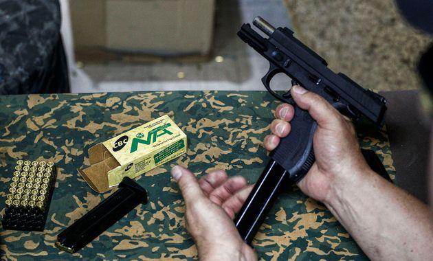 Bolsonaro permite que colecionadores e caçadores andem com arma