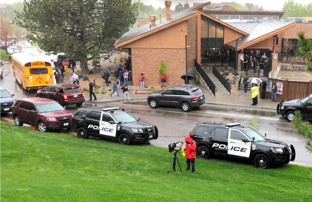 米コロラド州デンバー郊外で7日、銃乱射事件が起きた学校「STEMスクール・ハイランズ・ランチ」に警察車両が駆けつけた=AP