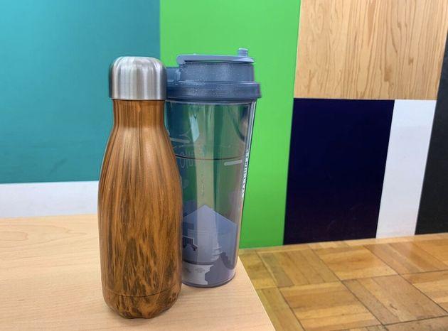 タンブラーにはコーヒー、ボトルには水。持ってくるのはちょっと重い...。
