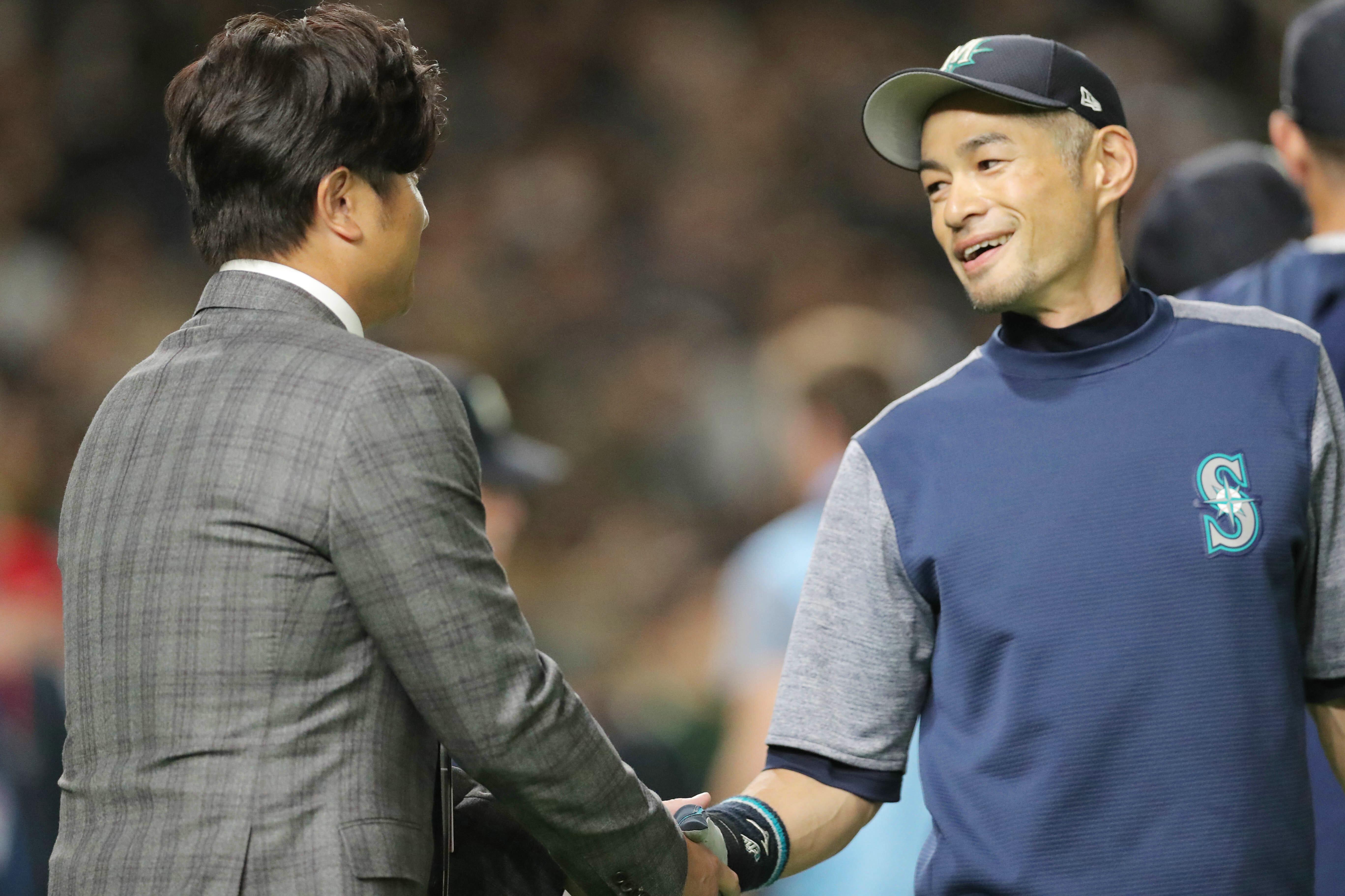 プロ野球日米オープン戦・巨人-マリナーズ/高橋氏と握手するイチロー氏