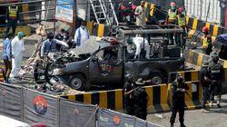 Bomba contro la polizia al santuario sufi di Lahore in Pakistan: otto