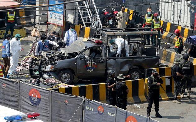 Pakistan, bomba contro la polizia al santuario sufi di Lahore: otto