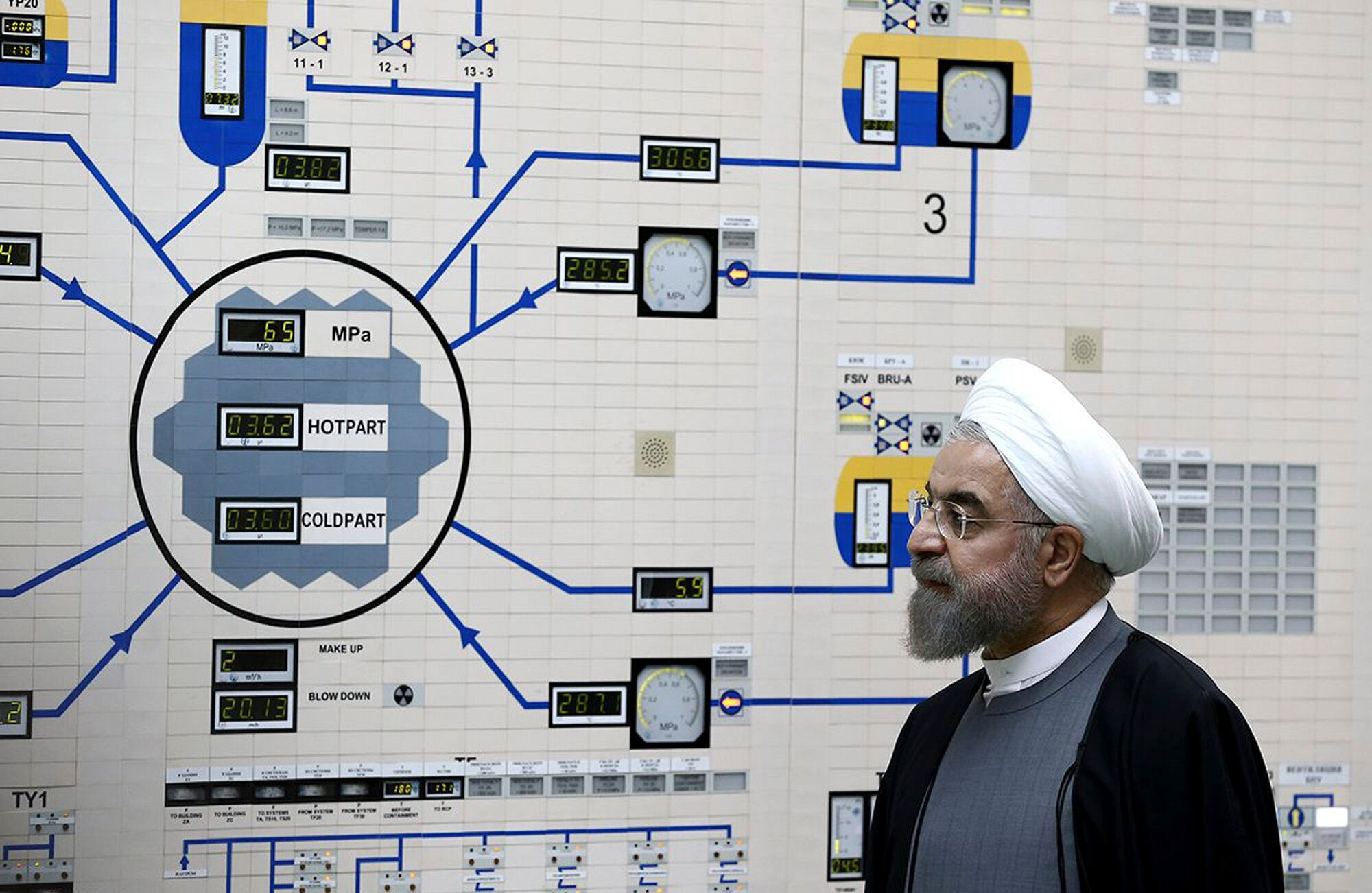 (자료사진) 하산 로하니 이란 대통령이 이란 남부 부시르 핵발전소를 둘러보는 모습. 2015년 6월13일.