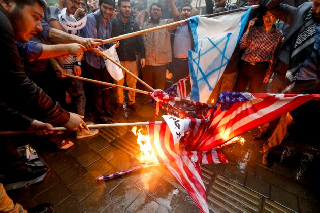 도널드 트럼프 대통령은 집권 2년차에 이란 핵협정 탈퇴를 선언했다. 사진은 협정 탈퇴 소식에 분노한 이란 시민들이 미국 깃발과 이스라엘 깃발을 불태우는 모습. 이란, 테헤란. 2018년 5월9일.